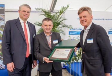 PM Group presenting plaque to Delphi CEO